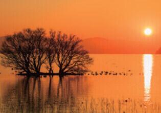12月 琵琶湖 竹生島と夕陽(滋賀) 天地自然・森田敏隆写真集 2022年カレンダーの画像